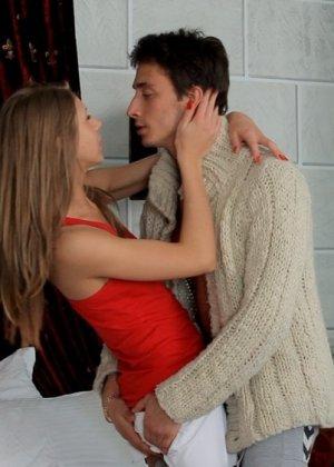 Русская красотка всегда раскованна со своим парнем в постели