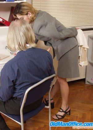 Секретарша подрочила пожилому боссу
