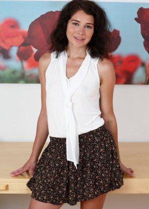 Сняв короткую юбку Иззи Шампань показывает лохматую пизденку и подмышки