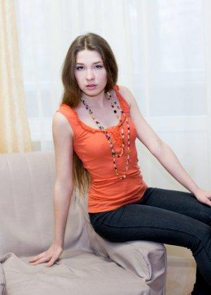 Молодая позирует раздеваясь на кресле
