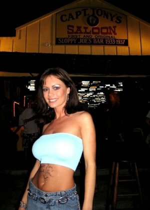 Две сучки в мини юбках показывают голые жопы публично