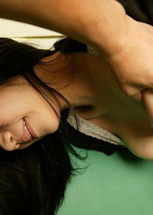 Азиатская девчонка с очень волосатой киской быстро возбудилась перед сексом