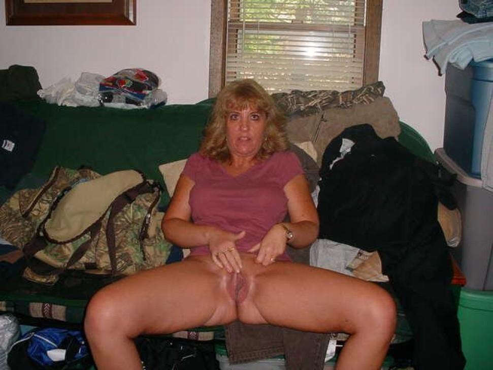 Пожилая блондинка с большой, висячей грудью