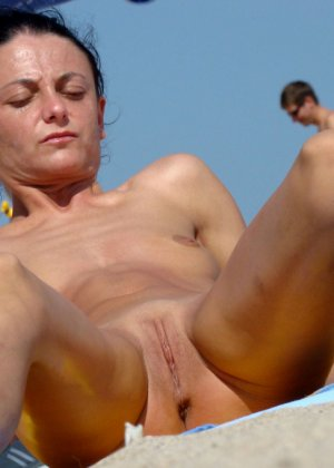 Раздвинутые ножки на нудистском пляже