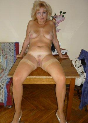 Зрелая блондинка позирует в чулках и без трусов для мужа