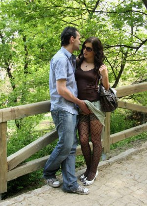 Полизал пизду и трахнул женщину прямо в парке