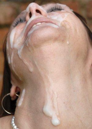 Пожилая любит много спермы на лице, это ее молодит