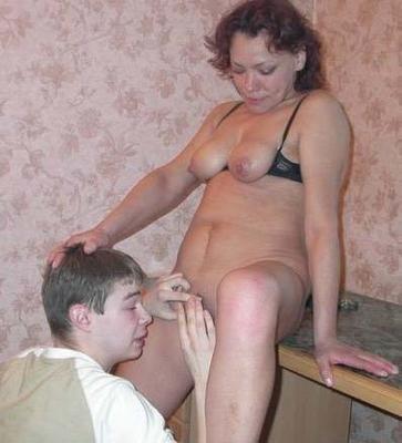 Молодому любовнику приходится отлизывать письку зрелой телки, а уж потом трахать ее
