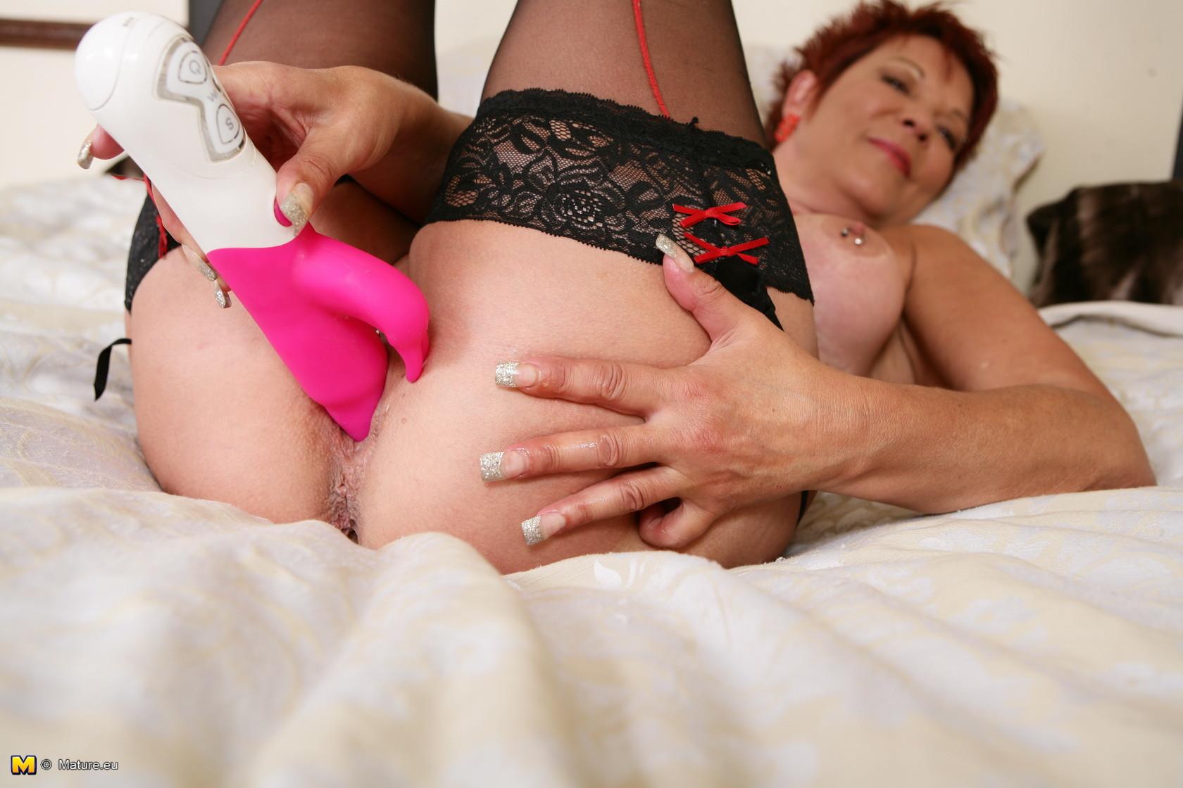 Короткостриженная зрелая долго может играть со своим розовым монстром, который способен разорвать ее, если затолкать его на всю длину