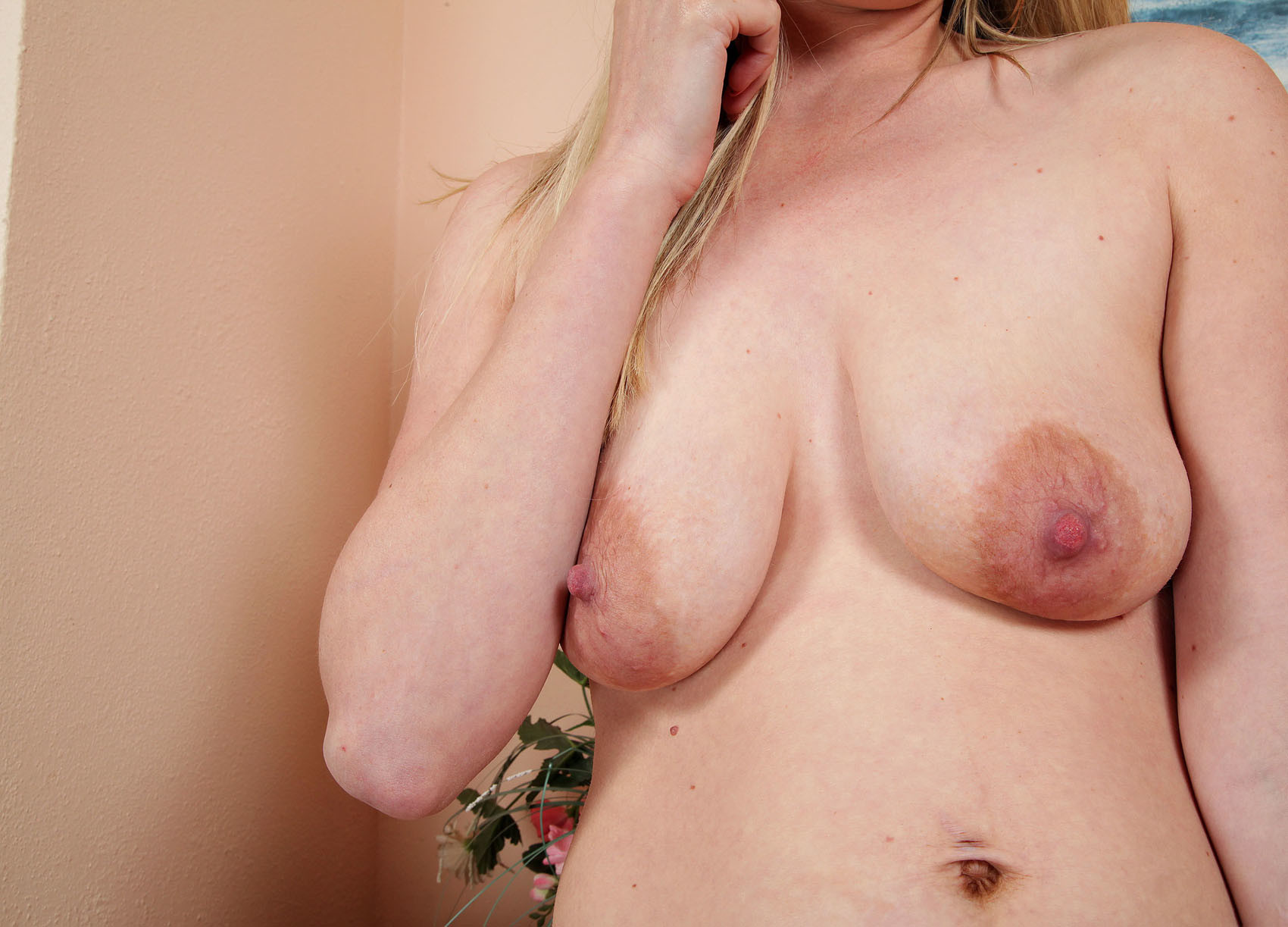 Девушка с обвисшими грудями с фото голые