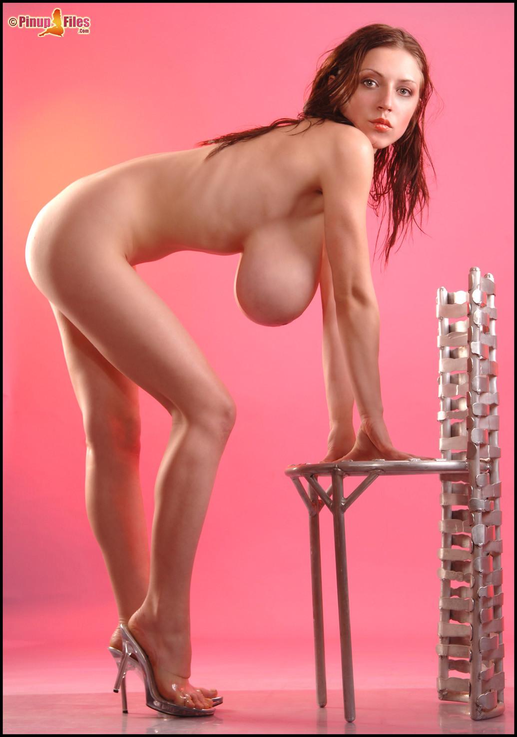 Молодая Аня Зенкова снимает верх купальника и освобождает тяжелые натуральные буфера