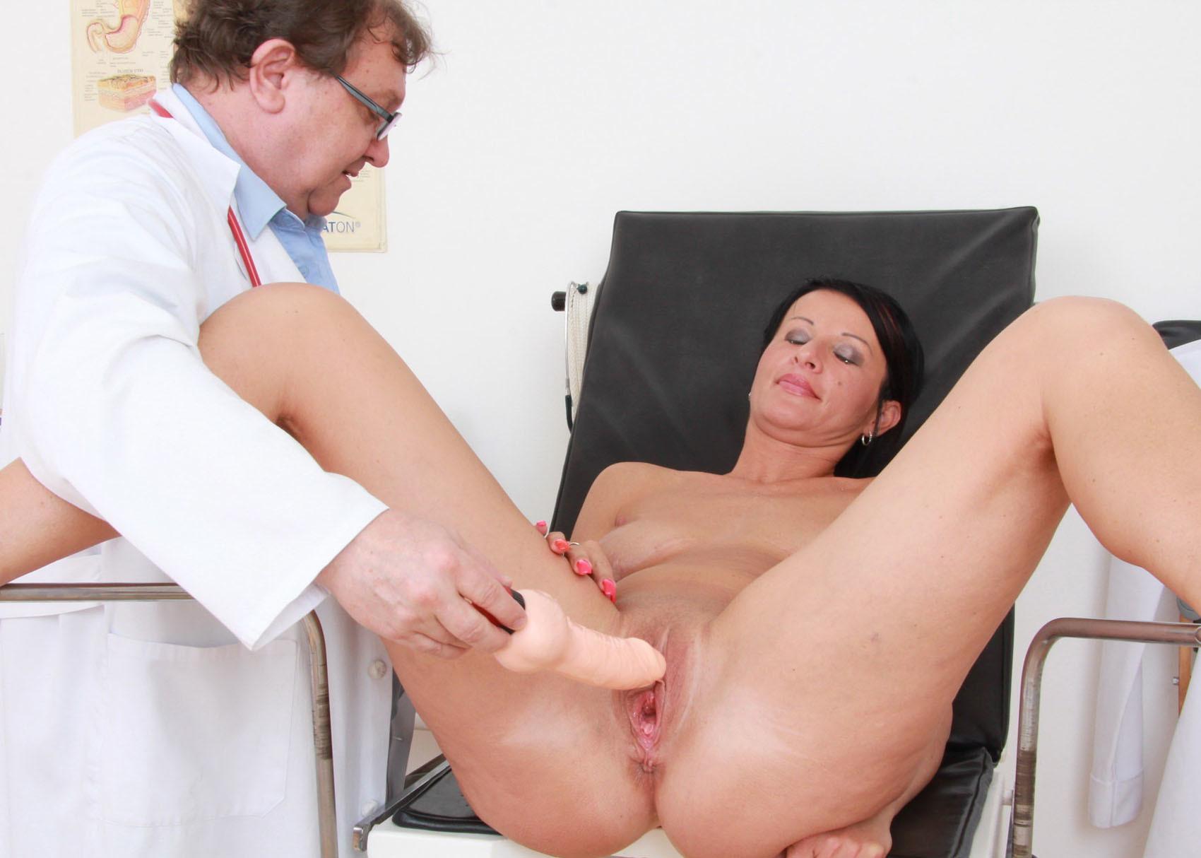 Развратная порнушка с игрушками у гинеколога