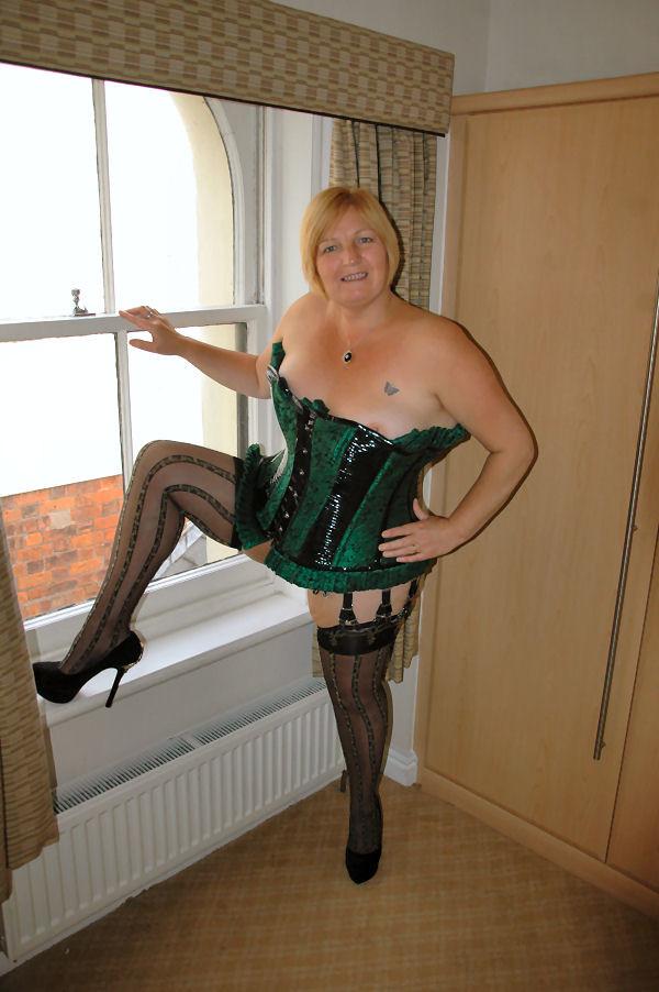 Взрослая мадам еще радует нас своим сексуальным нарядом и откровенными позициями