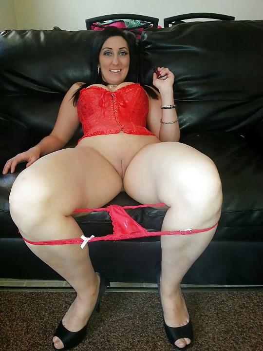 Телка может быть исключительно  хороша в красивом белье, однако без трусиков она еще сексуальней и желанней