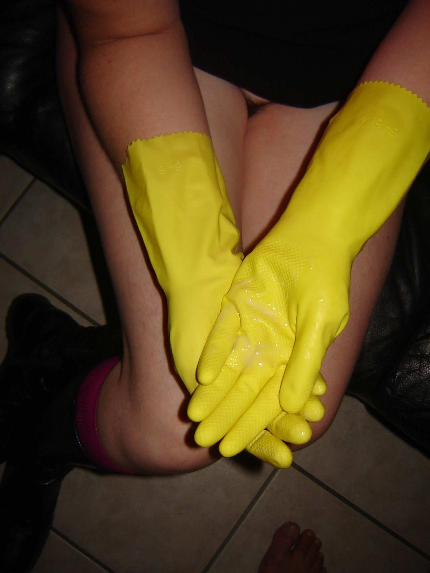 Дрочит хуй мужу в резиновых перчатках