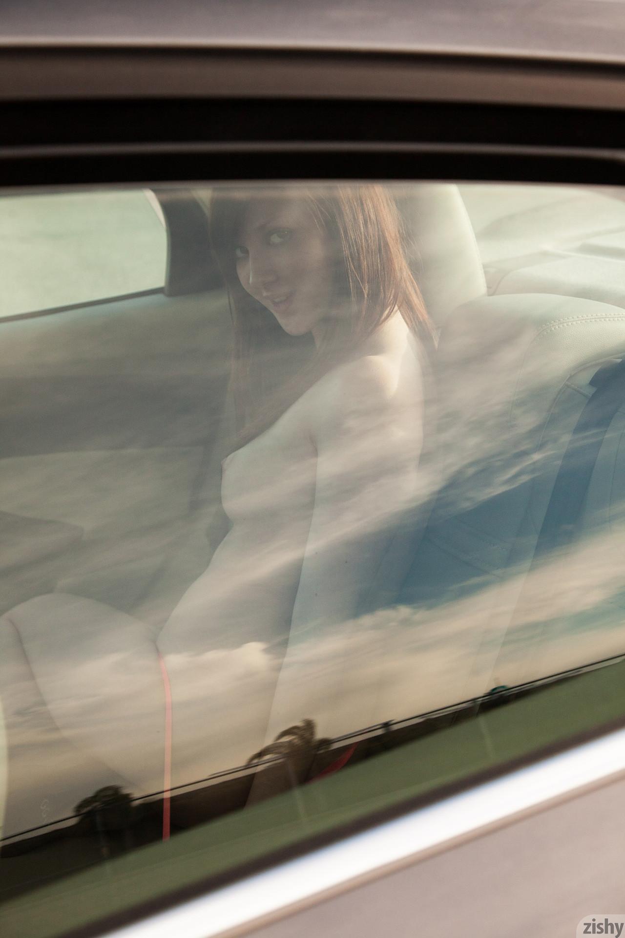 Голая Елена в машине