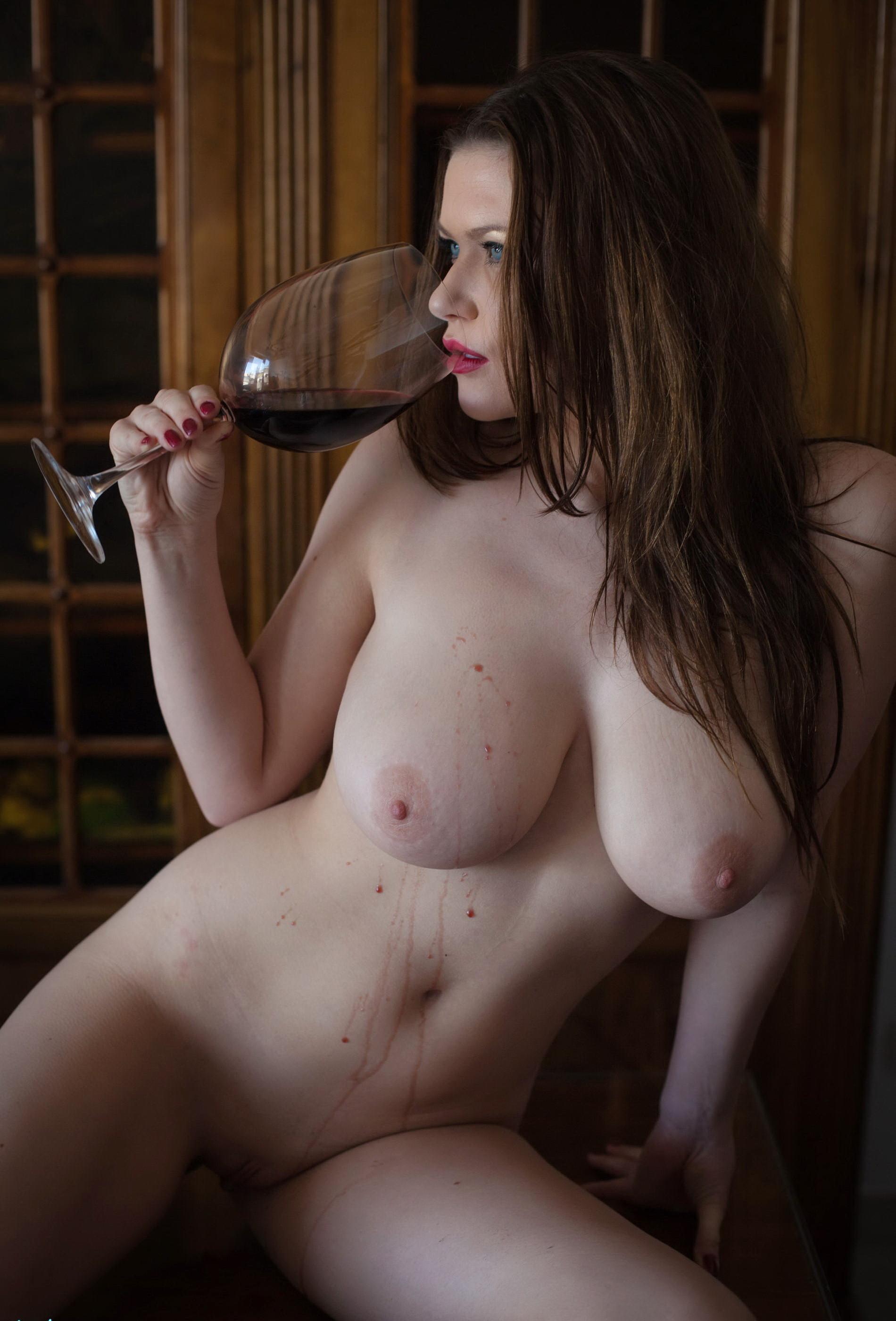 Красивая голая женщина с бокалом вина