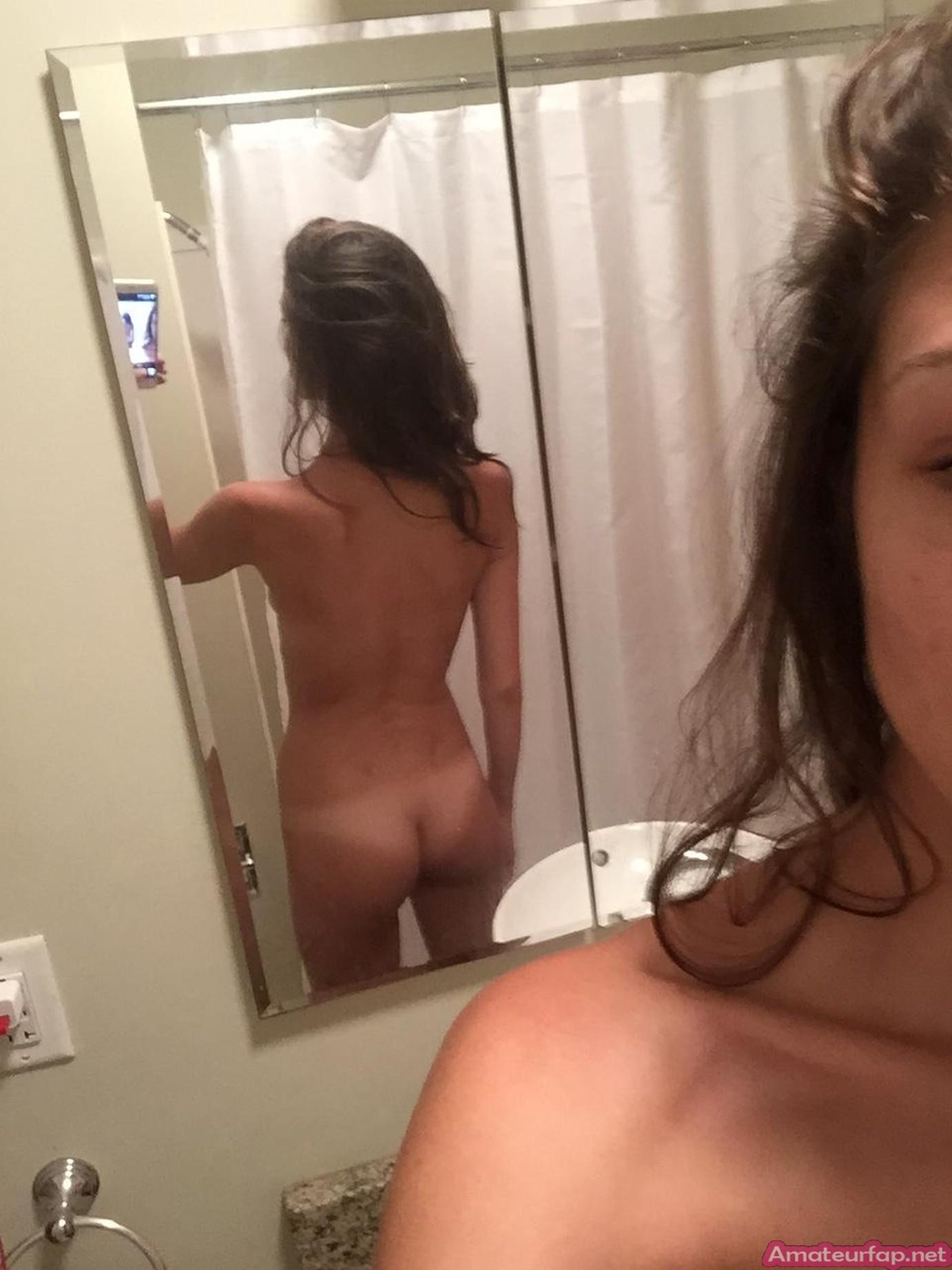 Худая девушка делает фото своих больших половых губ