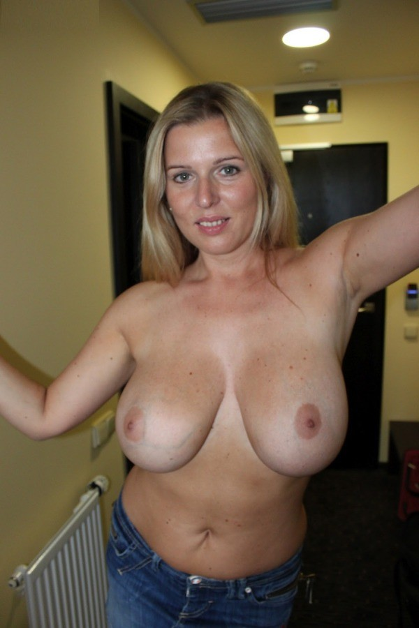 Prego mommy with big natural tits and fit babe