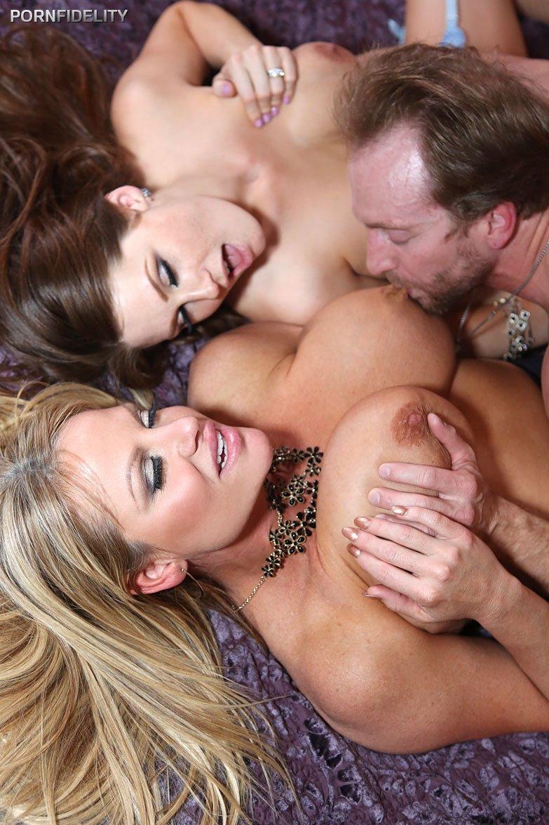 Горячий половой акт с сиськастыми потаскушками на большой просторной кровати