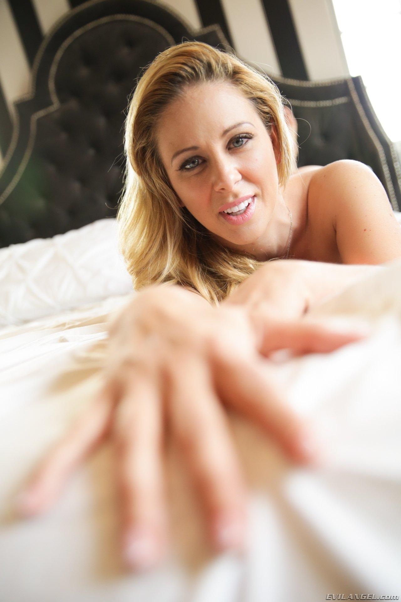 Красивая блондинка принимает разные сексуальные позы, чтобы соблазнить своим видом любого мужчину