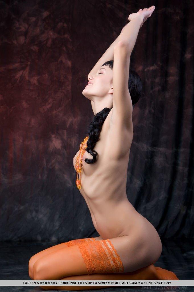 Фото голенькой молоденькой девушки в красивых оранжевых чулочках