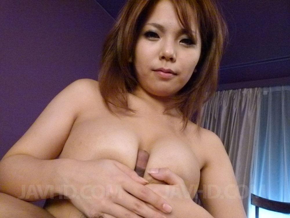 В киску привлекательной азиатской женщины парнишка засовывает маленький хрен
