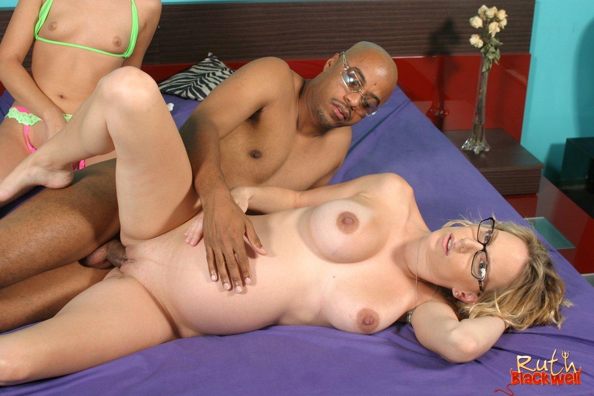 Паренек развлекается с беременной женушкой и ее лучшей подружкой
