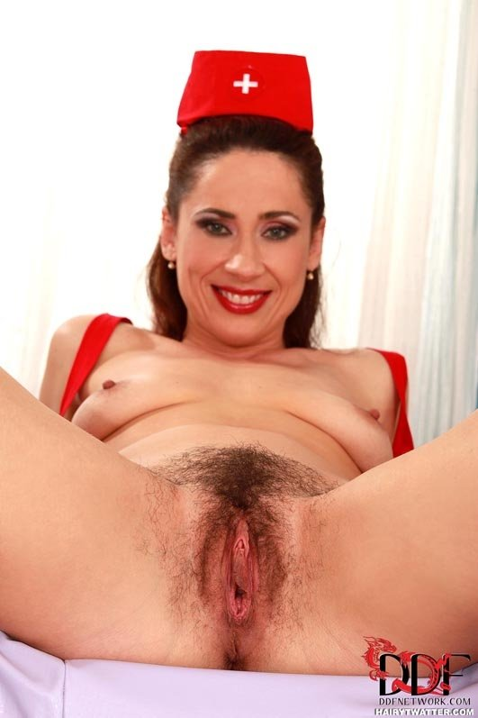 Великолепная брюнетка в форме медсестры пихает секс игрушку во влагалище