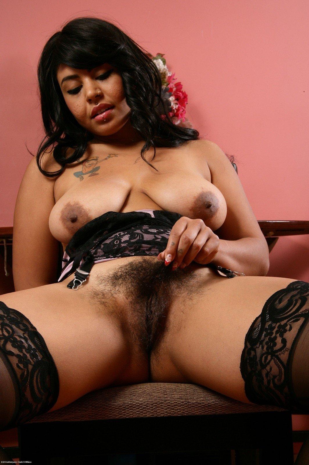Латиноамериканская чертовка в черных чулках расставила ноги и показала мохнатую пизду
