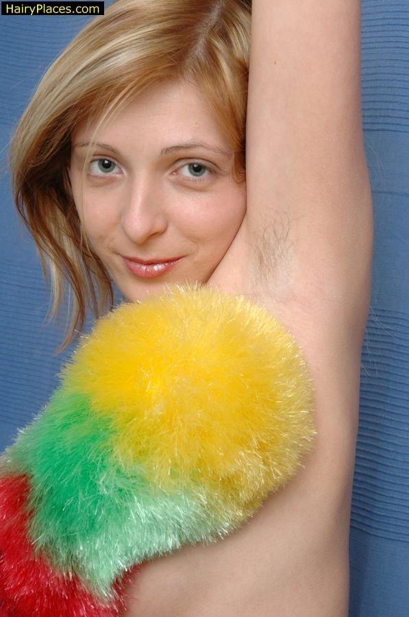Блондинка демонстрирует свои мохнатые части тела – она принципиально не хочет бриться подмышками, а киска тоже прилично заросла