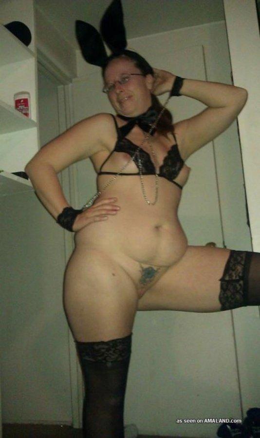 Раскрепощенная женушка в откровенном и эротическом нижнем белье