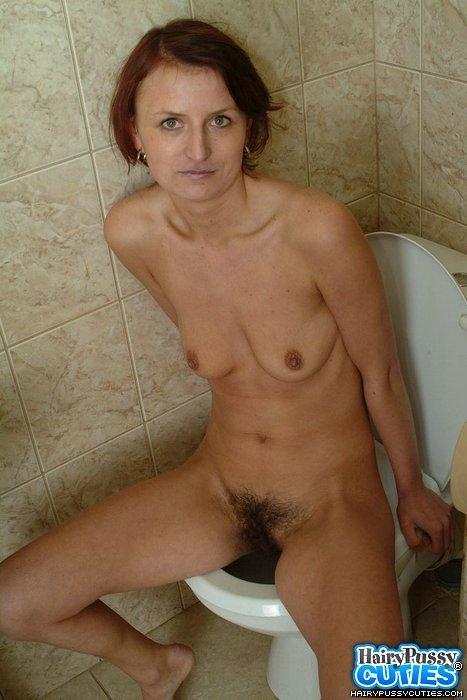Зрелая потаскушка с волосатой киской сидит на унитазе