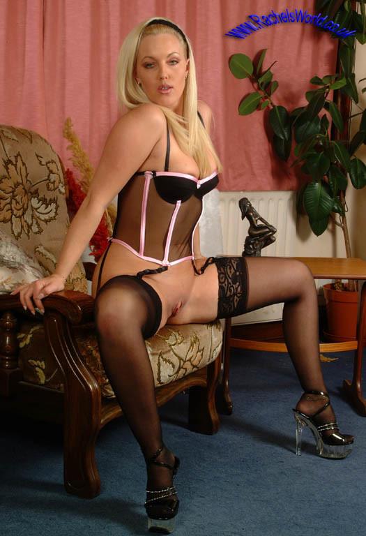 Блондинка Рашель в чулках и с голой жопой