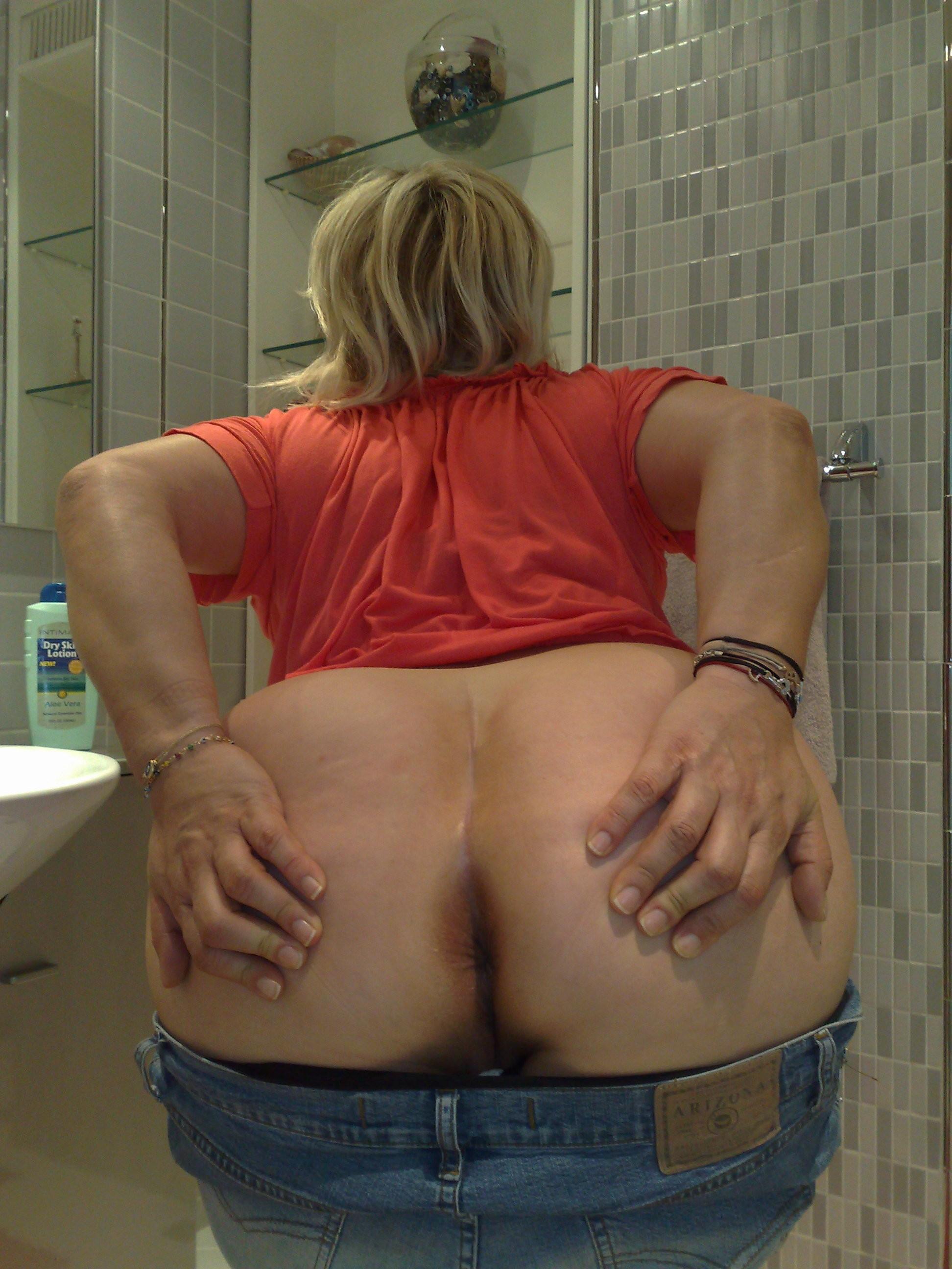 Пухлая пожилая женщина показывает свою жопу