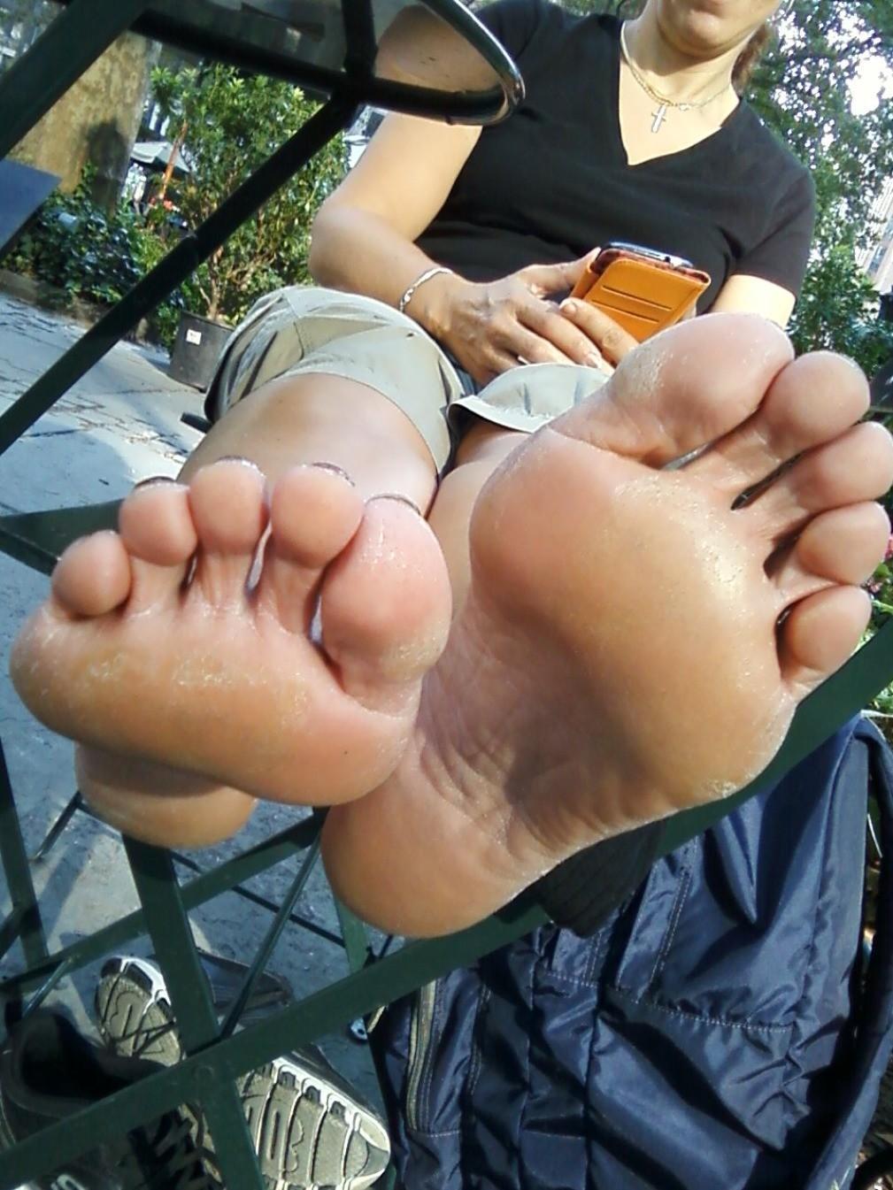 Кто хочет понюхать ее ножки?