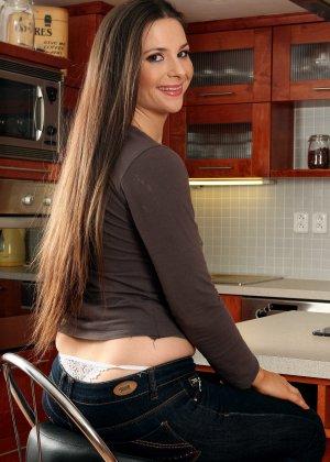Секретарша привезла шефу документы на дом, его возбудил ее неофициальный наряд хотя без одежды она еще лучше