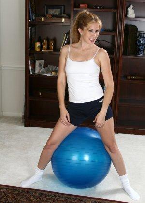 Домохозяйка Вайна делает гимнастику, но вот она вспоминает о вчерашней бурной ночи и лезет к себе трусики, потом раздевается