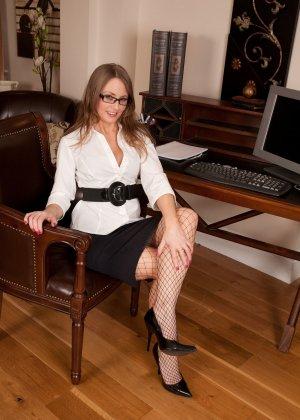 Личная помощница бизнесмена носит чулки в сетку и имеет довольно развратный характер