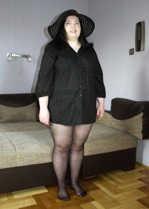Толстуха в колготках без трусов раздвигает ноги, ей хочется, чтобы ее кто-то жестко отымел во все ее пухлые щели