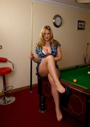 Притягательная блонда снимает короткие шортики на бильярдном столике и привлекает внимание присутствующих мужчин