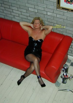 Немецкая жена посещает клуб для любителей экстрима в сексе, поэтому она в таком наряде