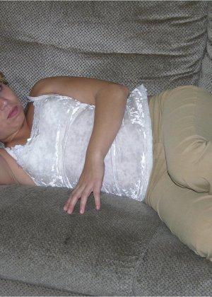 Домашнее возбуждающее фото, где жена сосет толстому муженьку его небольшой хер