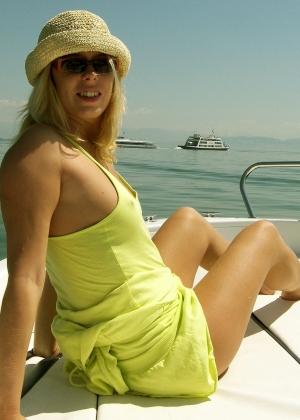Фото женщины загорающей на катере