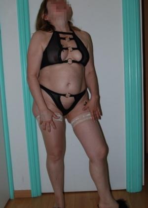 Зрелая Джулия в сексуальном бикини