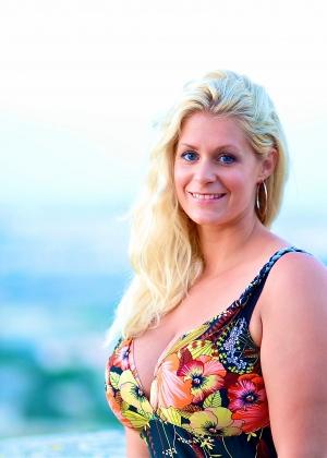 Эротичная блонда с огромными титяндрами