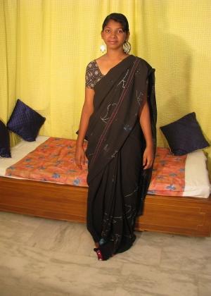 Раздевающаяся индийская женщина