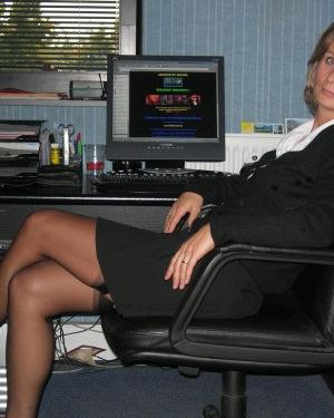 Секретарша оголила задницу