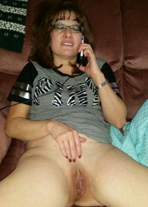 Арабская женщина мастурбирует разговаривая по телефону