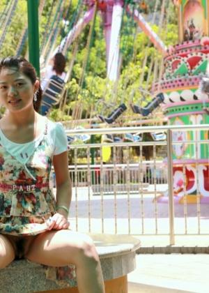 Китаянка задирает юбку гуляя по парку, обнажая пушистую пизду